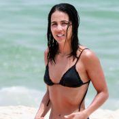 De biquíni, Pérola Faria renova bronze e é tietada por fãs em praia. Fotos!