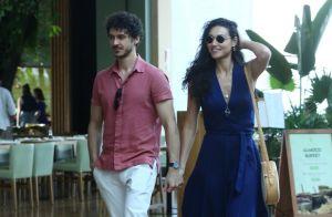 Débora Nascimento passeia de mãos dadas com novo namorado em shopping. Fotos!