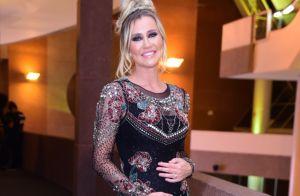 Grávida, Ana Paula Siebert evidencia barriga com tubinho justo em evento beauty