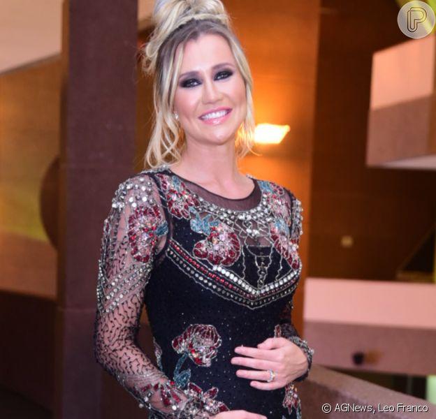 Grávida, Ana Paula Siebert mostra barriga de gravidez em evento beauty