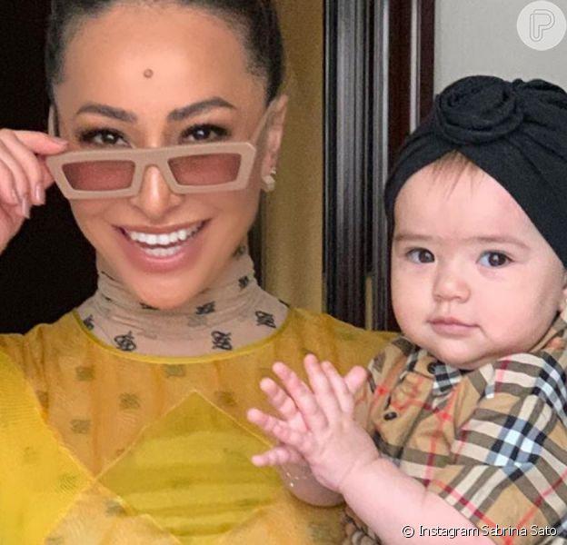 Sabrina Sato aproveitou o peso da filha, Zoe, de 11 meses, para fazer agachamento com a pequena no colo