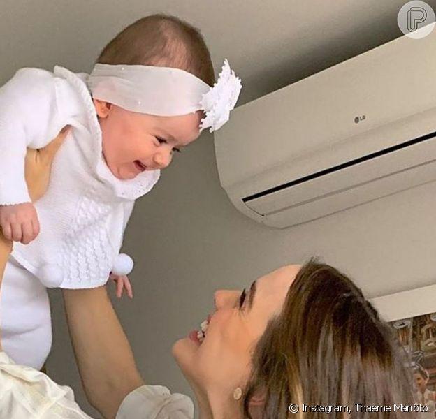 Thaeme Mariôto arrancou gargalhada da filha, Liz, de 6 meses, ao ver a menina tentando ficar em pé: 'O que você está fazendo, menina?'