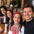 Rodrigo Faro apareceu em um vídeo dançando na piscina com a filha Maria