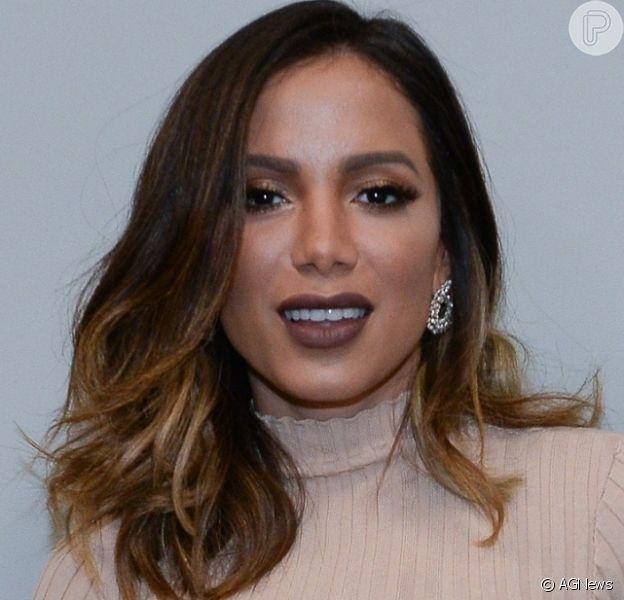 Anitta e a atriz espanhola Ester Expósito se divertiram juntas em balada após a espanhola pedir a funkeira em casamento, neste sábado, 9 de novembro de 2019