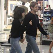 Match fashion! Gabriel Leone combina estilo com Carla Salle em ida ao shopping