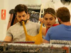 Amizade pós-novela! Glamour Garcia e Pedro Carvalho vão às compras no Rio