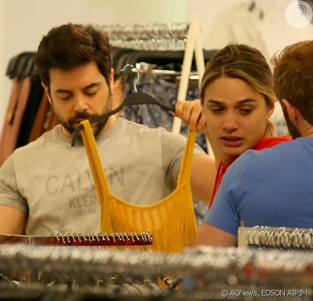 Glamour Garcia e Pedro Carvalho são fotografados em dia de compras no shopping Village Mall
