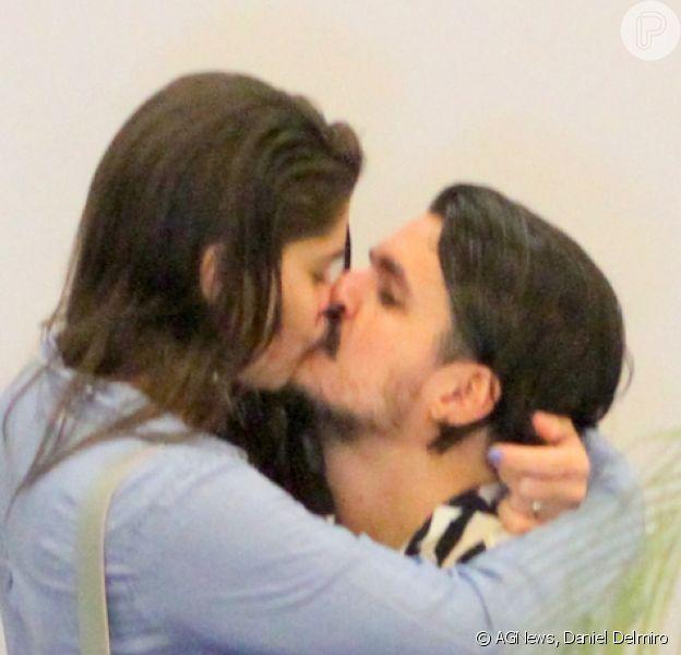 Priscila Fantin e o marido, Bruno Lopes, trocaram beijos durante passeio em shopping do Rio de Janeiro neste domingo, 1º de dezembro de 2019