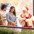 Priscila Fantin e o marido, Bruno Lopes, se encontraram com o Papai Noel em dia de shopping