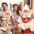 Priscila Fantin e o marido, Bruno Lopes, se encontraram com o Papai Noel durante passeio por shopping