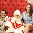 Priscila Fantin e o marido, Bruno Lopes, fizeram a tradicional foto com Papai Noel durante passeio por shopping