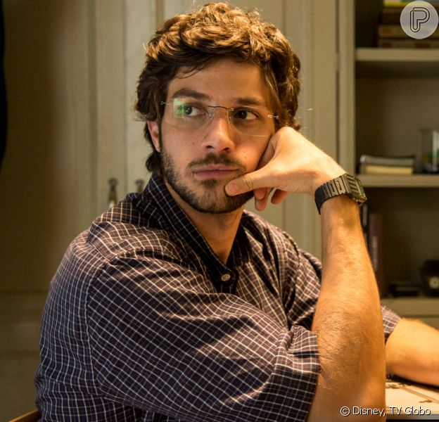 Danilo (Chay Suede) pode ser o filho perdido de Lurdes (Regina Casé) na novela 'Amor de Mãe'