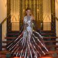 Livre, leve e solta! Juliana Paes usou um vestido metalizado com aplicação de pedras na cintura e detalhes com transparência na saia da Dolce & Gabbana