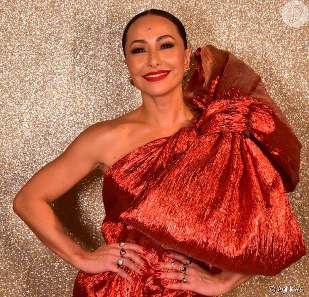 Sabrina Sato apostou em um vestido curto metalizado com um laço volumoso da marca Rober Dognani