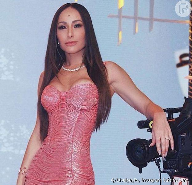 Sabrina Sato roubou a cena ao exibir uma cintura bem fina durante a gravação do programa 'Familia Record'