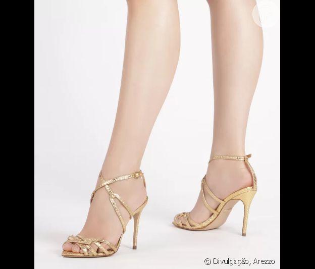 A sandália metalizada de salto fino e textura phyton é uma opção para uma ceia de Natal mais elegante