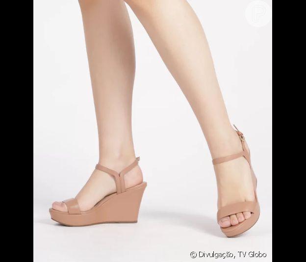 Se a proposta é um look clássico e comfy no Natal, aposte na sandália de salto plataforma!