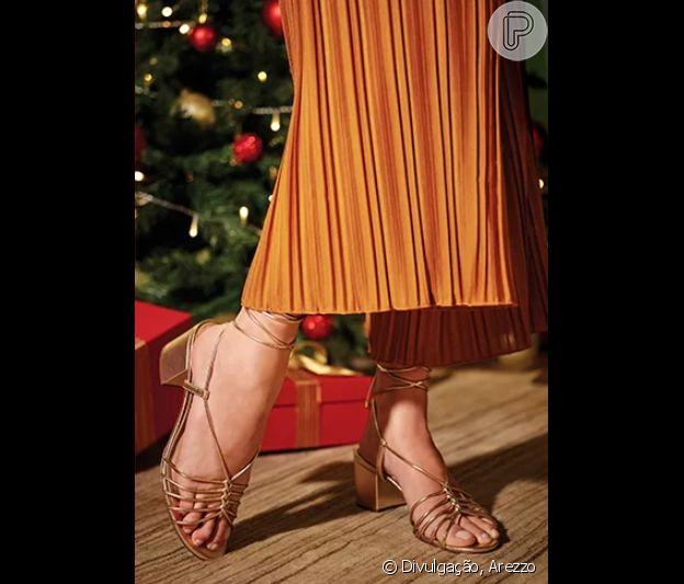 A sandália de tiras finas e salto bloco tem uma pegada glam e confortável para o look de Natal