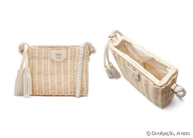 A bolsa de palha garante um visual fashionista no look de Natal