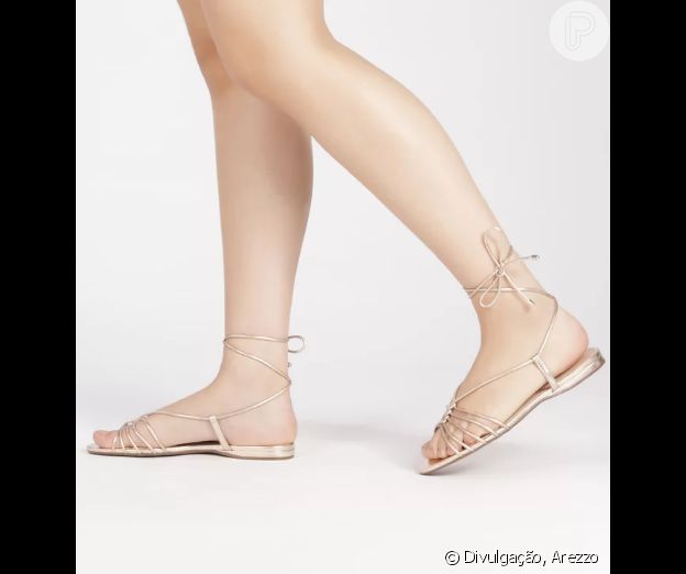 Tiras finas + amarração no tornozelo são as indicações trendy de sandália rasteira para um visual descolado no Natal