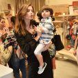 Bruna Hamú posa para os fotógrafos com o filho, Júlio, mandando beijos