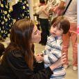 Bruna Hamú conversa com o filho, Júlio, de 2 anos, e fofura do menino rouba a cena