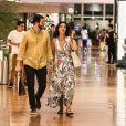 Fátima Bernardes e Túlio Gadêlha caminharam de mãos dadas durante o passeio em shopping