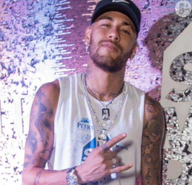 Neymar surge em foto de modelo com bermula luminosa verde com branco