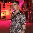 Ex-affair de Anitta, o modelo Caio Cabral combinou camisa de botão de oncinha e destroyed jeans para evento