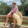 Moda verão 2020: camisa social oversized, chapéu e bolsa de palha são alguns dos itens essenciais para levar na mala de viagem de férias