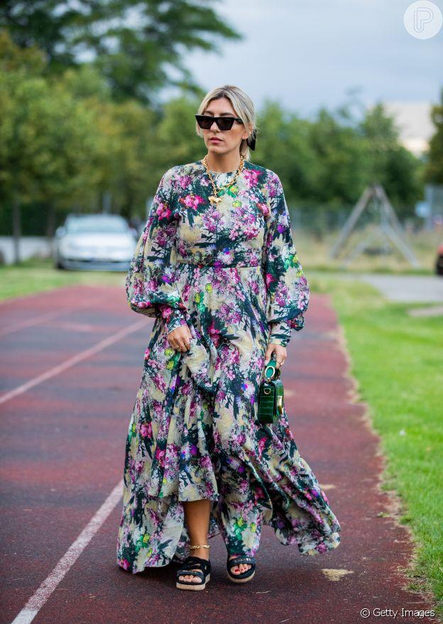 O vestido de mangas longas pode ser usado no verão com tecidos finos e estampas coloridas, como a floral