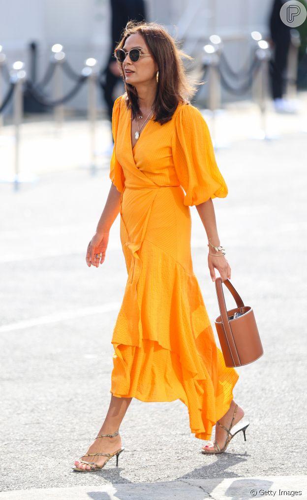 O vestido envelope é um clássico em qualquer estação e, nesta verão, aparece com mangas volumosas e cobres vibrantes