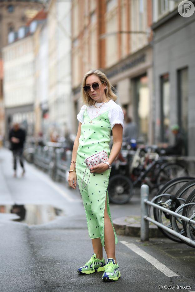 Slip dress é trend: o vestido de alças finas e tecido delicado vem send usado nos looks de rua neste verão