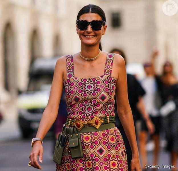 Tendência de moda 2020: vestidos e blusas no estilo ombro a ombro, com decote quadrado e um ombro só são as apostas das fashionistas para a temporada. Fotos!