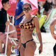 Anitta curtiu dia de praia com amigos nesta sexta-feira (10) no Rio de Janeiro