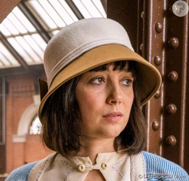 Nos próximos capítulos da novela 'Éramos Seis', Clotilde (Simone Spoladore) pede para Durvalina (Virgínia Rosa) guardar segredo sobre sua gravidez e recorre a ataduras para não revelar a barriga