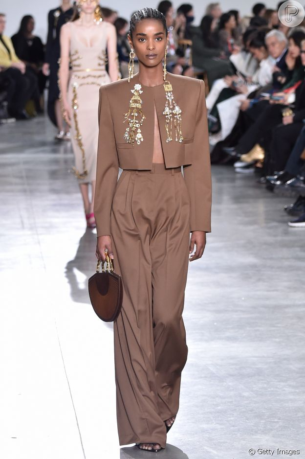 Moda no Paris Fashion Week: tailleur com recorte reto são tendência da alta-costura