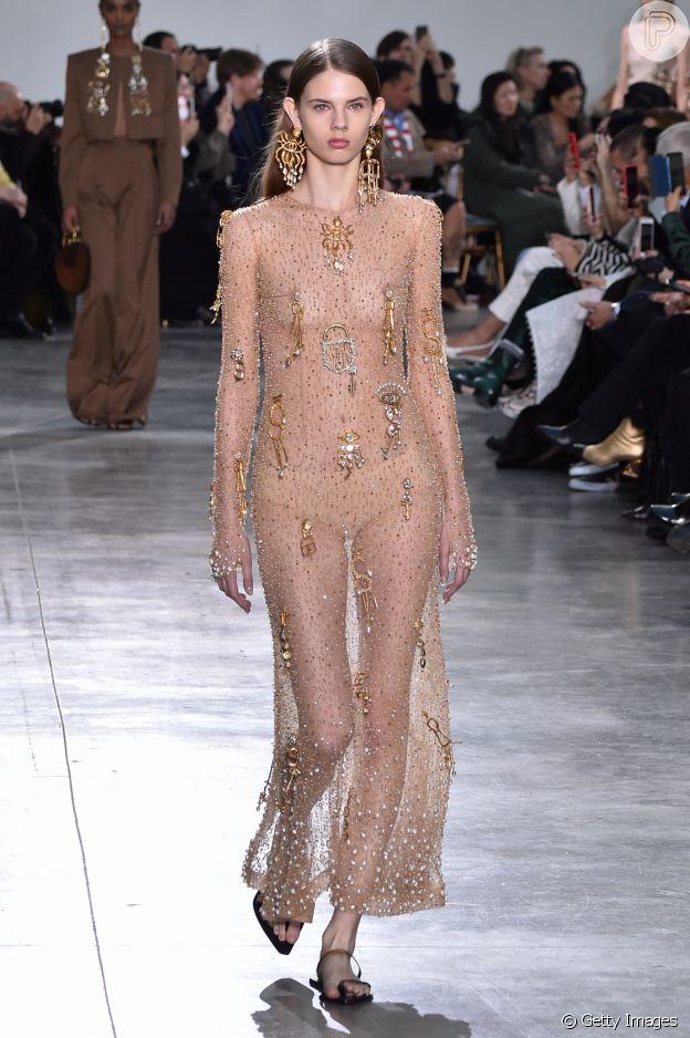 Moda no Paris Fashion Week: transparência máxima com detalhes de pegada e brilho no corpo é tendência da alta-costura