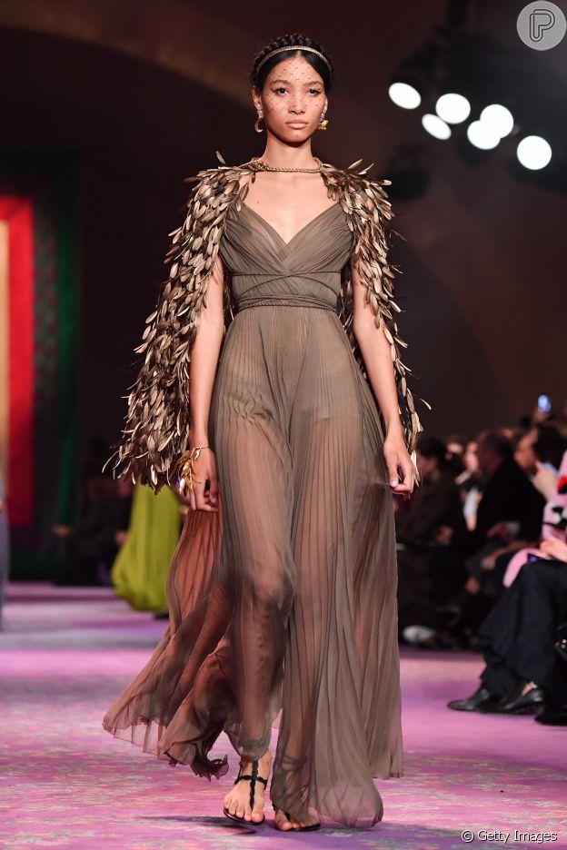 Moda no Paris Fashion Week: Acessórios maximalistas com detalhe de flores é tendência da alta-costura