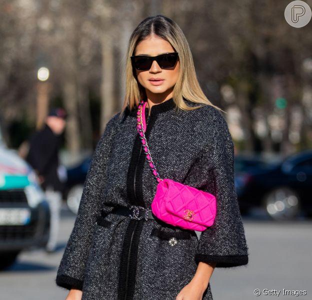 Moda verão 202: bolsa pink contrasta o look neutro e deixa o visual fashion