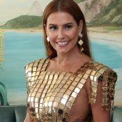 Deborah Secco ousa em vestido com metalizado ao ser coroada rainha de camarote