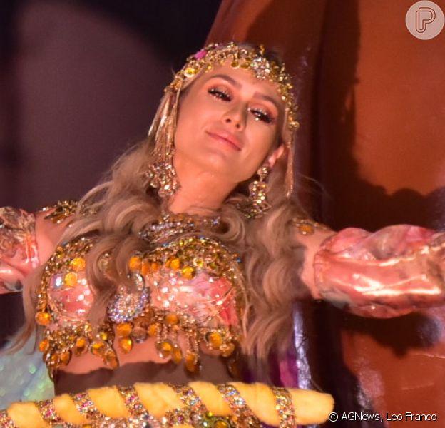 Lívia Andrade representou uma cigana na Pérola Negra e dispensou a dieta um dia antes do desfile: 'Comi pizza com refrigerante'