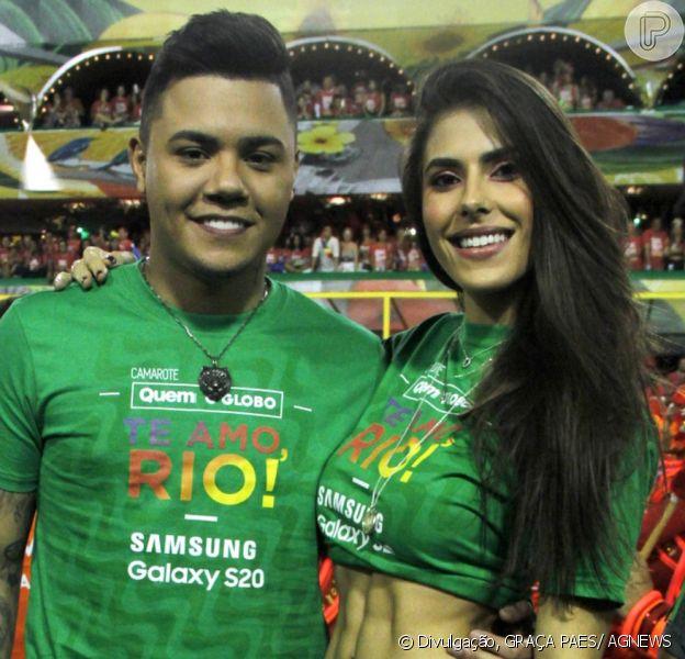 Felipe Araújo e namorada, Estella Defant, curtiram desfiles da primeira noite do grupo especial do Rio de Janeiro no Camarote Quem O Globo