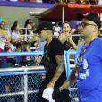 O jogador Gabigol circulou soznho pela Sapucaí neste domingo (23)