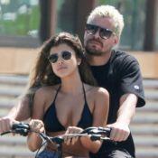 Thiago Martins carrega namorada em bicicleta e casal dá mergulho no mar. Fotos!