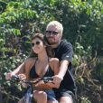 Thiago Martins carrega Talita Nogueira na bicicleta em passeio na Barra da Tijuca, zona oeste do Rio de Janeiro