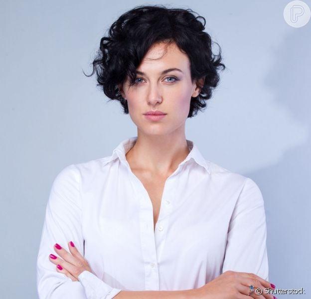 Cachos e ondulados funcionam bem com corte de cabelo curto