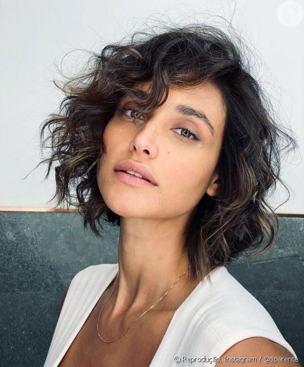Corte de cabelo curto de Débora Nascimento. O visual é assinado pelo hairstylist Tiago Parente
