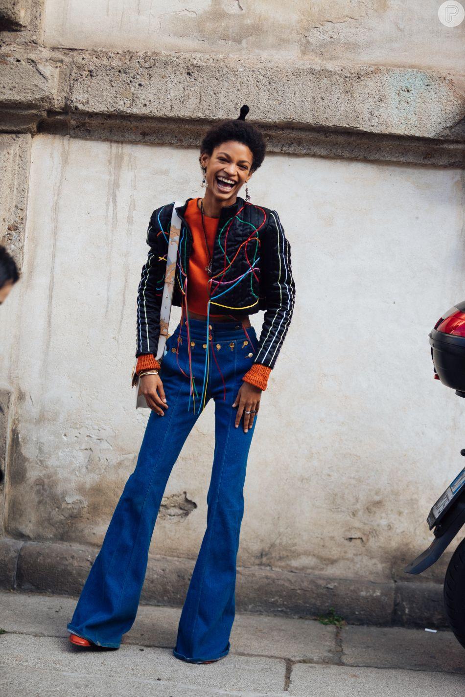 Calça jeans flare valoriza todas as curvas
