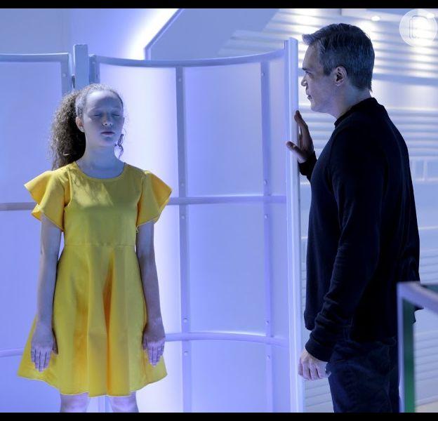 Novela 'As Aventuras de Poliana': Pendelton (Dalton Vigh) cancela a memória do último dia do robô Ester (Manuela Kfouri) para ela não lembrar que falou com Sophie (Gabriela Petry), no capítulo de sexta-feira, 3 de abril de 2020